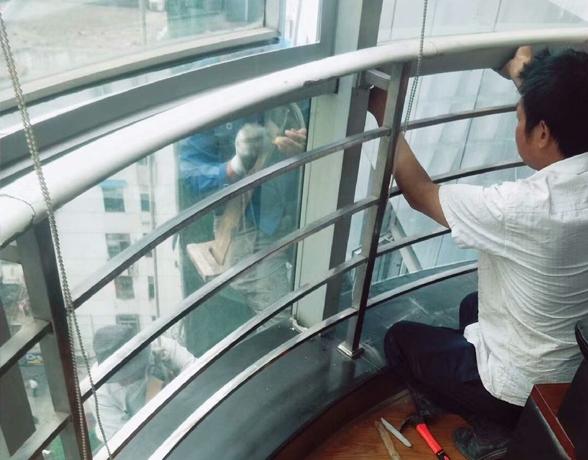 电梯玻璃幕墙清洗更换案
