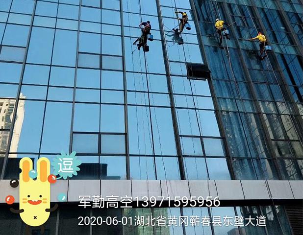 黄冈东壁大道玻璃外墙清洗-工程